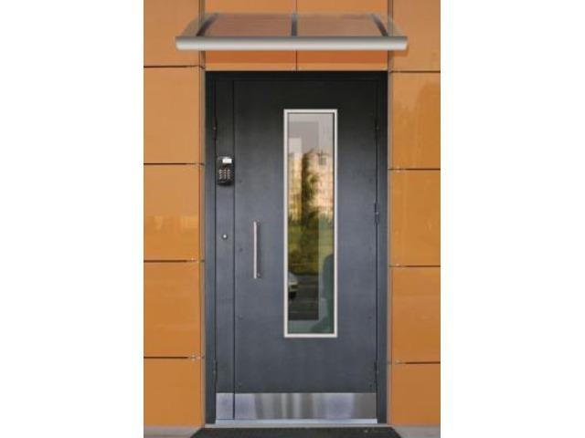железные двери в офисе с домофоном